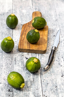 Mini zucchini, copping board and knife - SARF03636