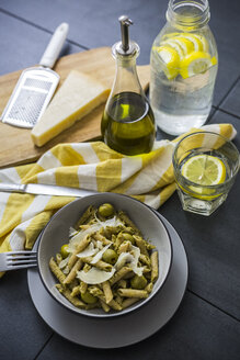 Whole-grain noodles with green pesto and olives - GIOF03876