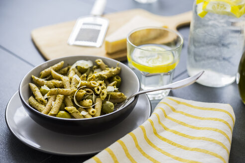 Whole-grain noodles with green pesto and olives - GIOF03879