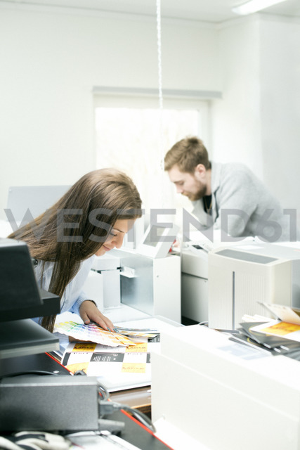 Coworkers looking at printouts in office - FOLF06698 - Sandra Andersson/Westend61