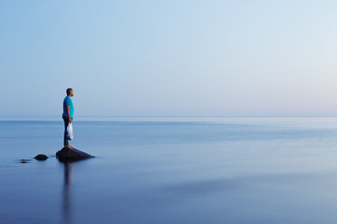 Side view of man looking at seascape - FOLF06782