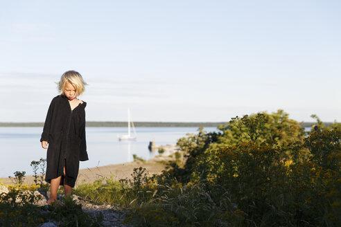 Blonde boy in black bathrobe on beach - FOLF07218