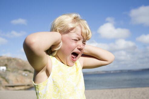 Girl screaming on beach - FOLF07305