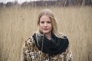 Portrait of woman in reed - FOLF08152