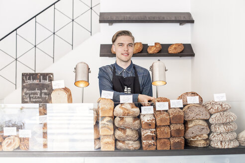 Smiling bakery worker - FOLF08308
