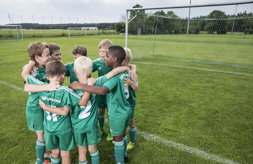 Germany, young football team huddling - WEST24067