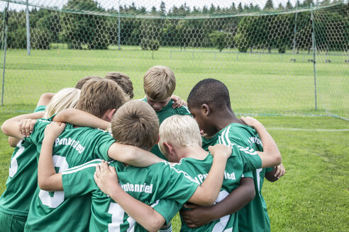 Germany, young tootball team huddling - WEST24073