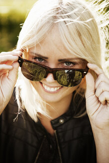 Smiling young woman in sunglasses - FOLF09142