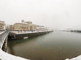 Spain, Basque Country, Zumaia at snowfall - LAF01983