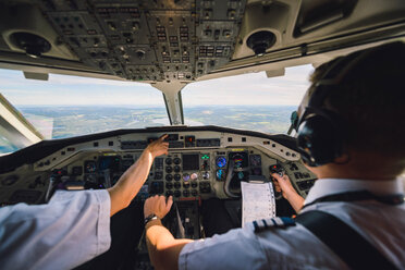 Pilots switching control in cockpit of commercial airplane - MASF00012