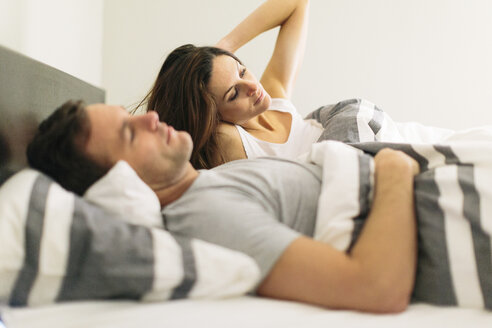 Couple in bed at home - CAVF34637