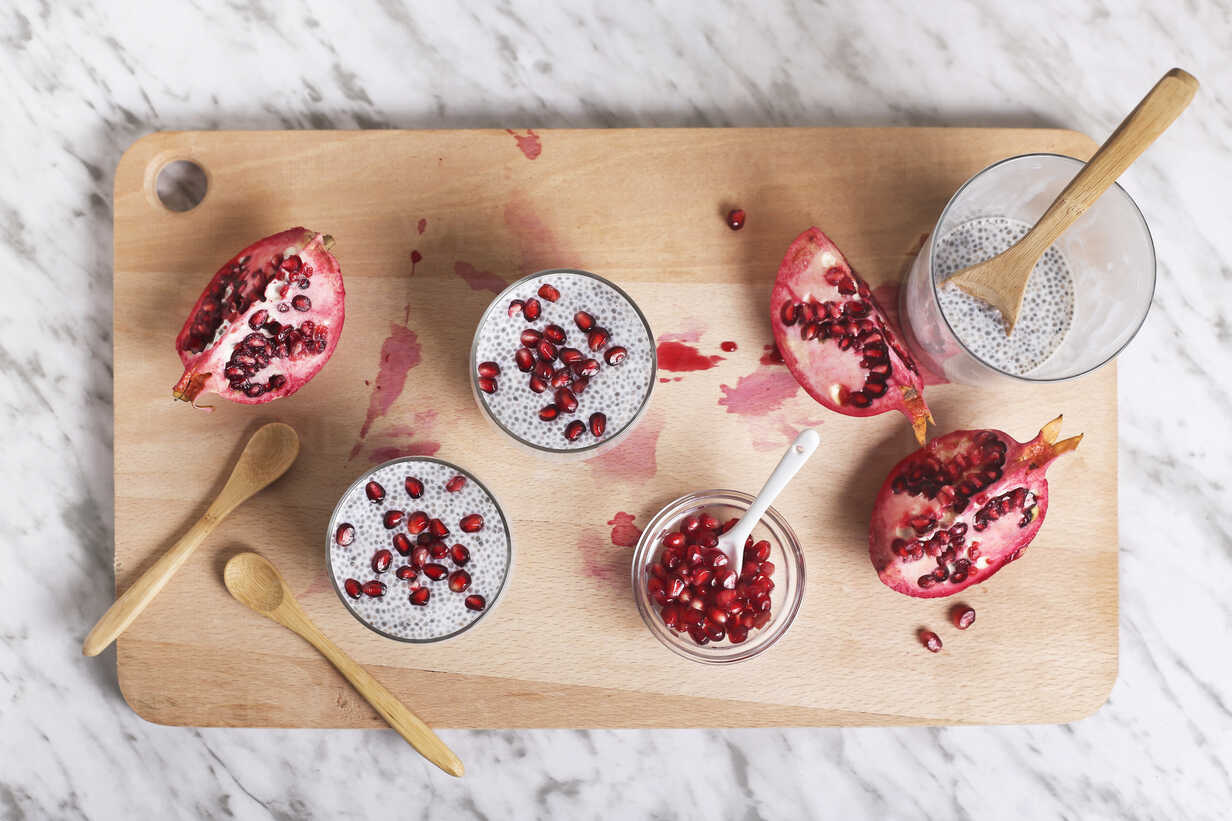 Two glasses of chia pudding with pomegranate seed - RTBF01147 - Retales Botijero/Westend61