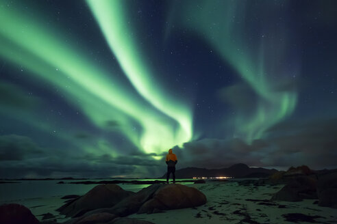 Norway, Lofoten Islands, Eggum, man admiring northern lights - WVF01043