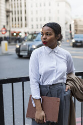 UK, London, businesswoman waiting - MAUF01384