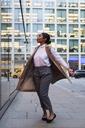 Happy fashionable businesswoman - MAUF01393