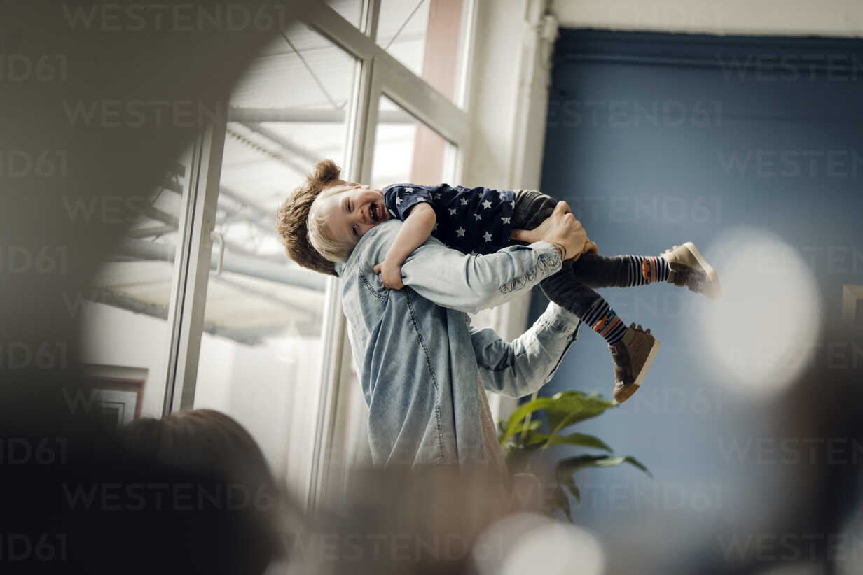 Father and baby son having fun together at home - KNSF03713 - Kniel Synnatzschke/Westend61