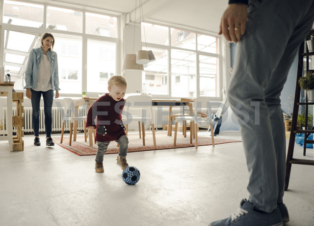 Happy family playing with their son at home - KNSF03755 - Kniel Synnatzschke/Westend61