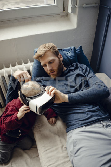 Father and son playing with VR glasses at home - KNSF03761 - Kniel Synnatzschke/Westend61