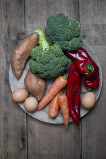 Organic food that contains a lot of vitamin a, broccoli, sweet potatoe, carrot, red pepper and eggs - CZF00321