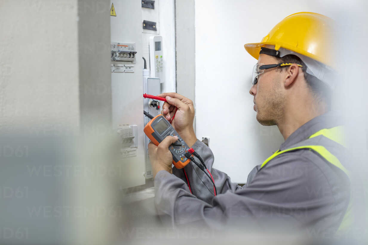 Electrician working with voltmeter at fusebox - ZEF15356 - zerocreatives/Westend61