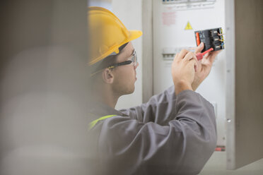 Electrician working at fusebox - ZEF15362