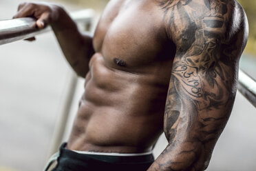 Tattooed biceps of physical athlete, close-up - DAWF00591