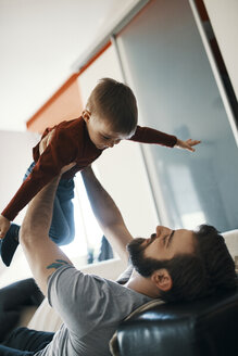 Father and little son playing together at home - ZEDF01281
