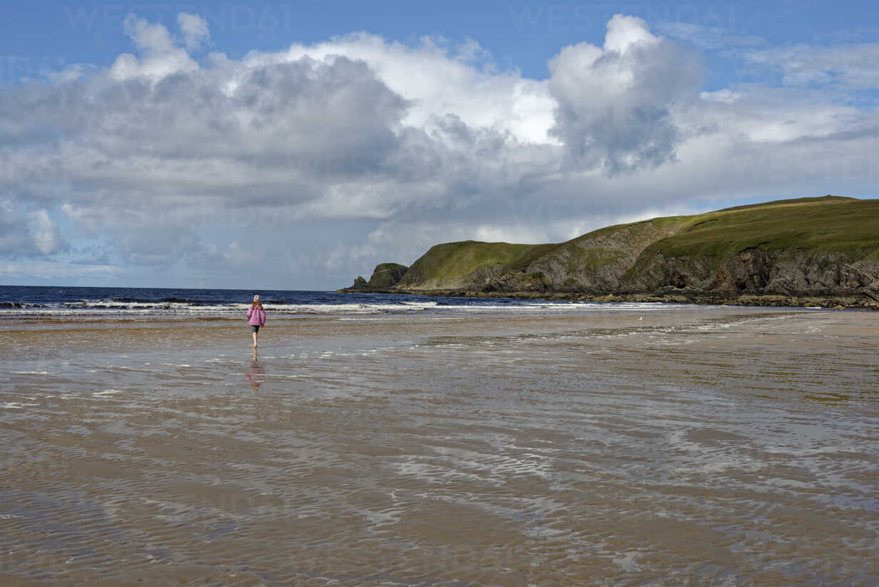 United Kingdom, Scotland, Highland, Sutherland, Bettyhill, girl walking at beach - LBF01902 - Lisa und Wilfried Bahnmüller/Westend61