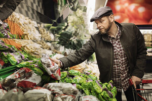 Man buying fresh vegetables in supermarket - MASF03007