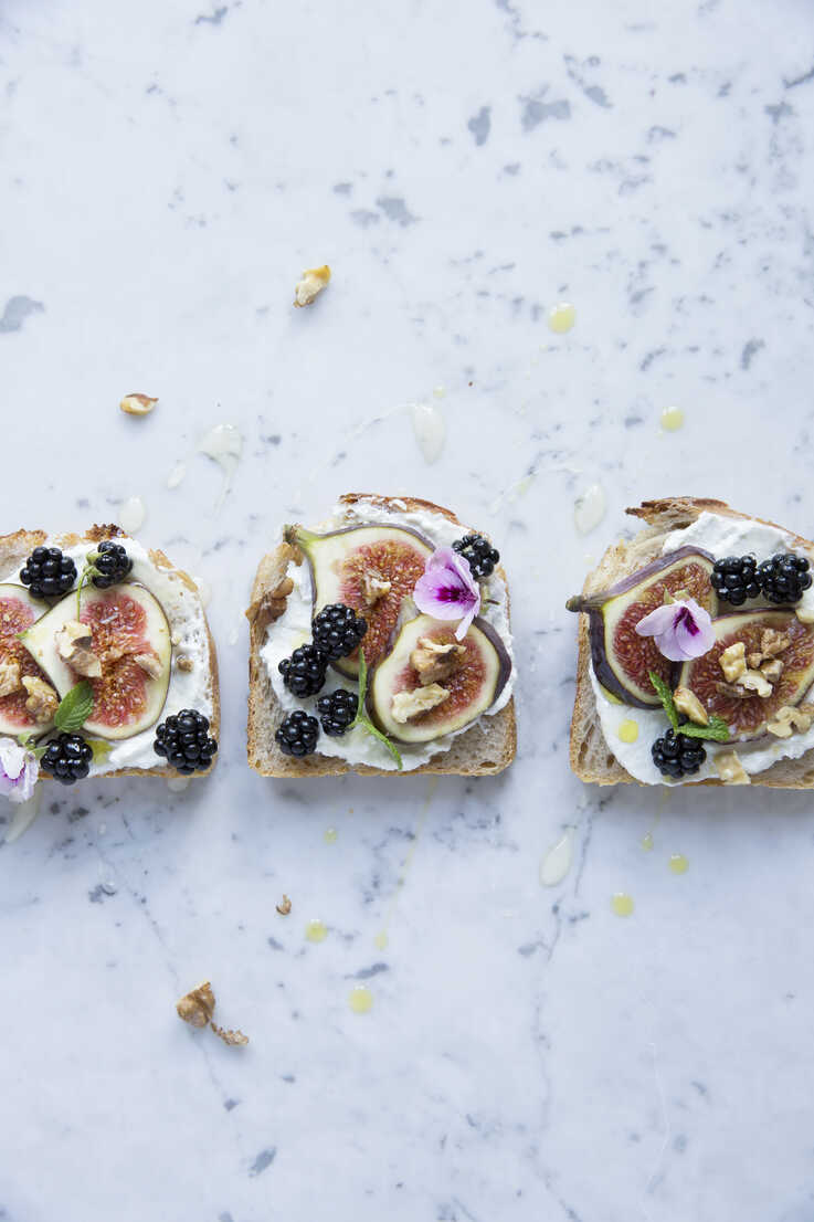 Directly above shot of open faced sandwiches with various fruits - MASF03155 - Sonja Dahlgren/Westend61