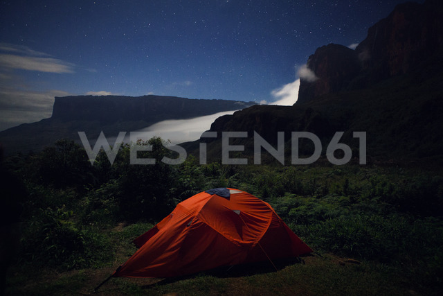 Tent on green mountain at dusk - CAVF37982 - Cavan Images/Westend61