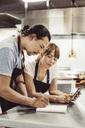 Två restaurangägare planerar inköp - MASF03748