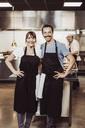 Porträtt av par som driver restaurang - MASF04039