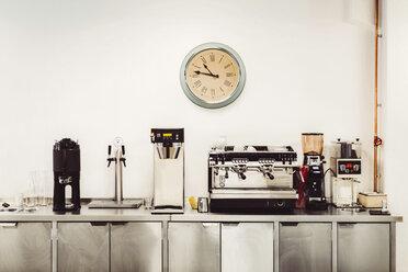 Olika kaffemaskiner och klocka i servering - MASF04108