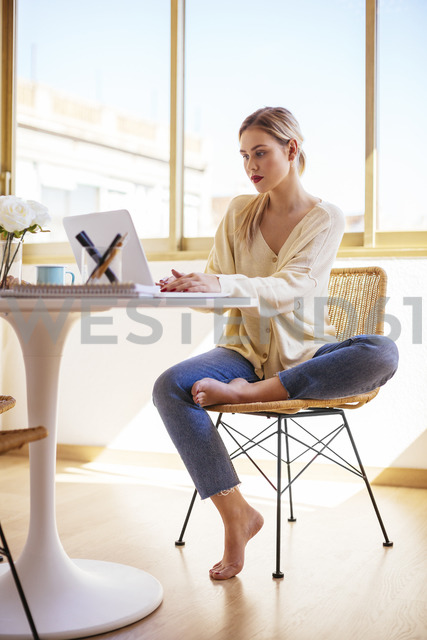 Woman using laptop at home - EBSF02388 - Bonninstudio/Westend61