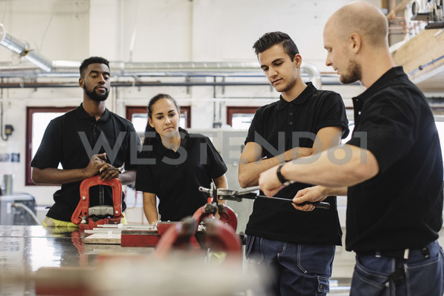 Auto mechanic teacher explaining equipment to students in class - MASF04491