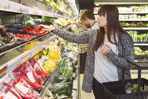 Young couple buying vegetables in supermarket - MASF04599