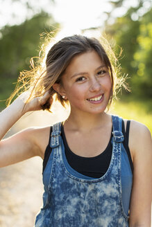 Portrait of smiling teenage girl outdoors - MASF04635