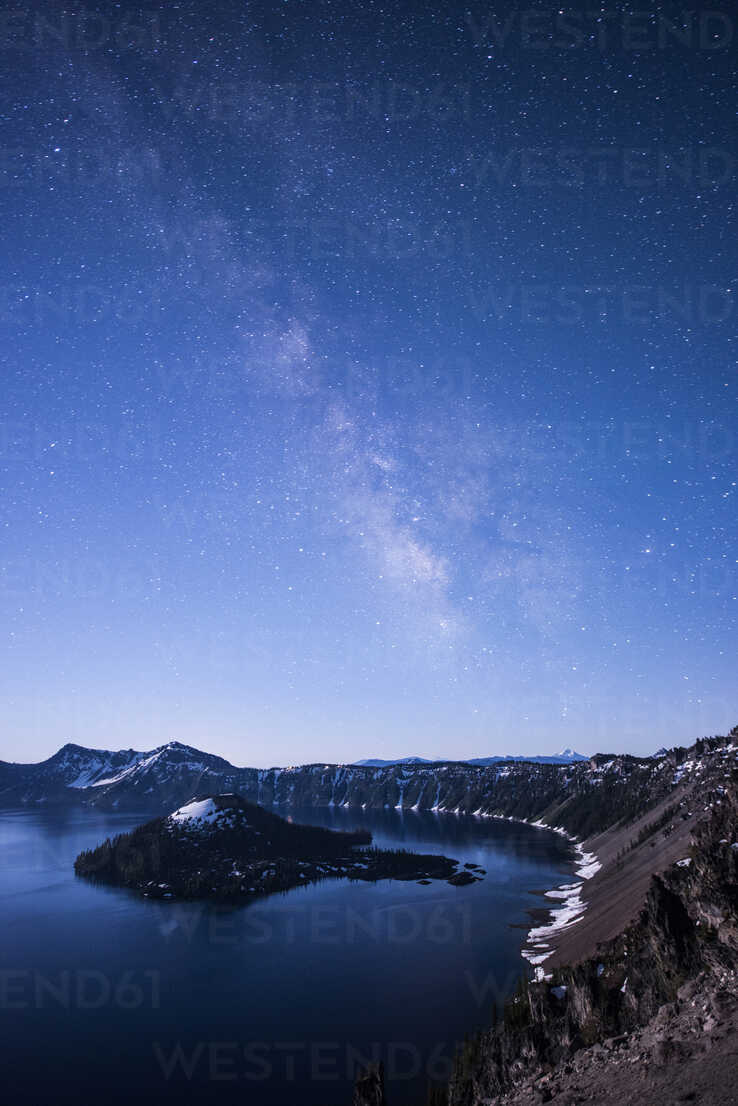 Majestic view of Crater Lake against milky way during dawn - CAVF38753 - Cavan Images/Westend61