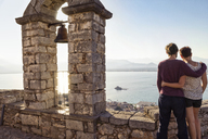 Greece, Peloponnese, Argolis, Nauplia, Argolic Gulf, couple enjoying view to Bourtzi Fortress - MAMF00023