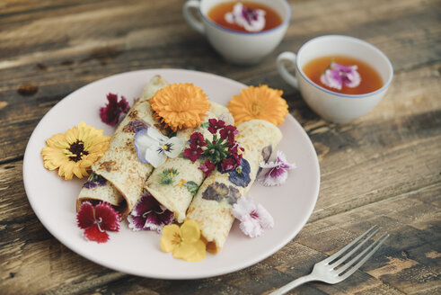 Pancakes with edible flowers and infusion of red flowers - SKCF00422