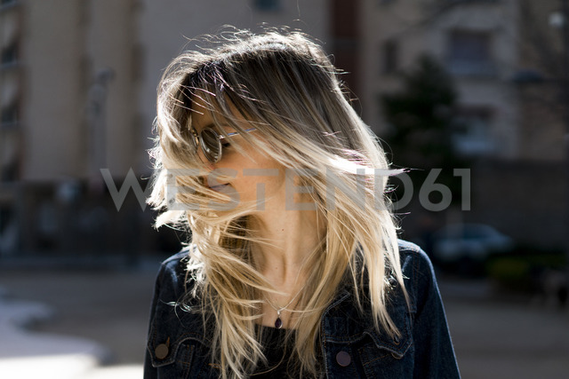 Young woman tossing her hair - AFVF00442 - VITTA GALLERY/Westend61