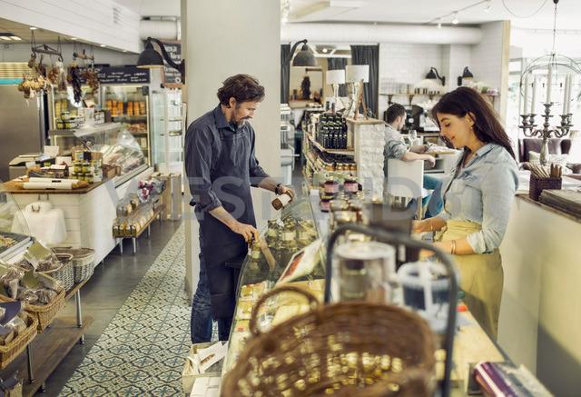 Salespeople working in supermarket - MASF05302