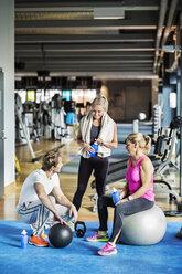 Friends conversing at gym - MASF05685