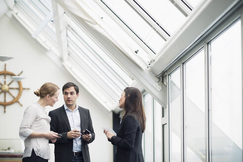 Business people communicating in office - MASF05796