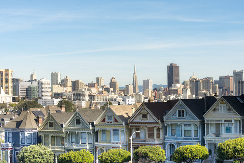 USA, California, San Francisco, Painted Ladies, Victorian houses at Alamo Square and San Francisco Skyline with Transamerica Pyramid - MKFF00352