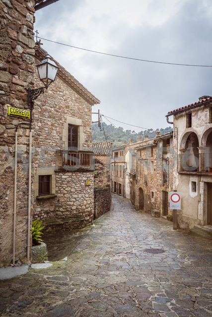 Spain, Catalonia, Mura, alley in medieval old town - SKCF00439