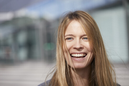 Portrait of laughing young woman - PNEF00614