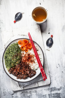 Vegan teriyaki bowl with pulled teriyaki beef made from jackfruit, spinach, rice and carrots - SBDF03532