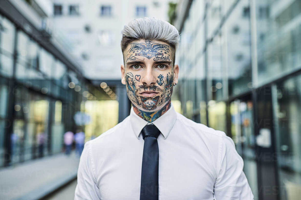 Young businessman with tattooed face, portrait - ZEDF01345 - Zeljko Dangubic/Westend61